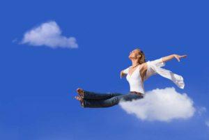 femme assise sur un nuage